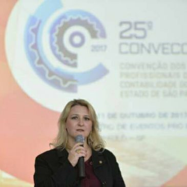 Coordenadora da Comissão CRCSP Mulher conversa com jovens de Barretos