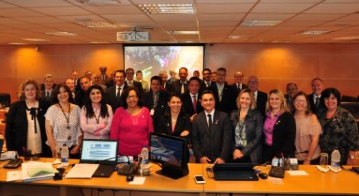 Abrindo a campanha Outubro Rosa, Comissão CRCSP Mulher distribui broches a conselheiros da entidade